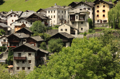 Häuser am Eingang des Grenzdorfs Castasegna