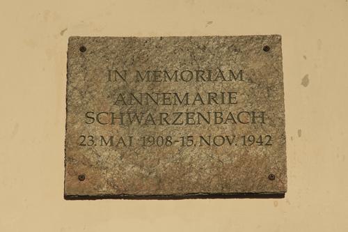 Gedenktafel am Haus Jäger in Sils Baselgia