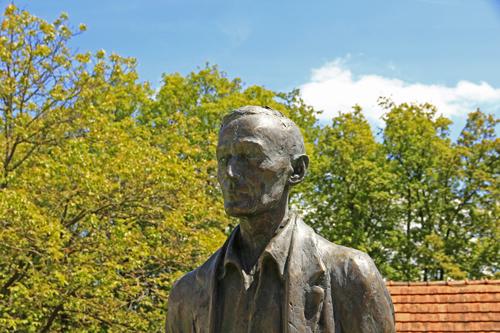 Lebensgrosse Statue vor dem Hesse Museum Gaienhofen