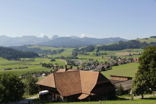 Blick zurück auf Riggisberg, im Hintergrund der Gantrisch