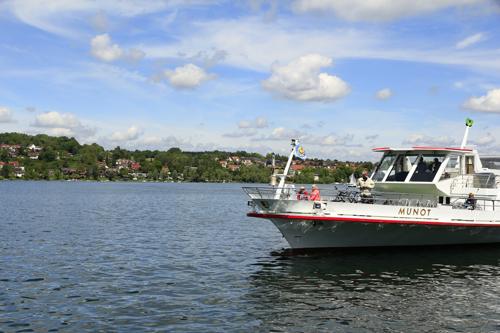 Mit dem Schiff auf dem Untersee, im Hintergrund die Halbinsel Höri