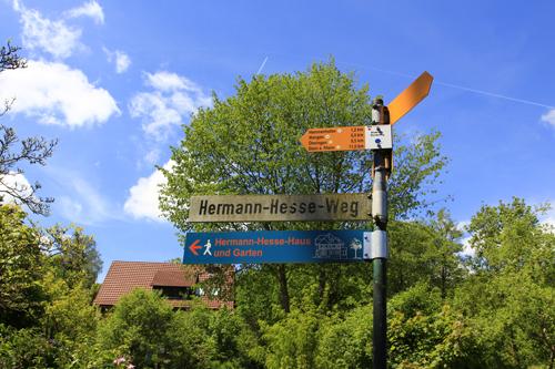 Wegweiser zum Hermann-Hesse-Haus in Gaienhofen